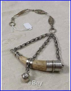 Amuleto protector. Punta de ciervo con cascabel. Antique deer horn with silver